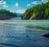 Panoramablick des Bogen-Flusses in Banff Alberta Canada lizenzfreie stockfotografie