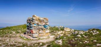 Panoramablick des bunten Gipfelsteins auf Gipfel nannte Trem Stockbild