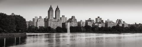 Panoramablick des Central Park und des Jacqueline Kennedy Onassis Reservoirs an der Dämmerung B&W Upper West Side, Manhattan, New stockbilder