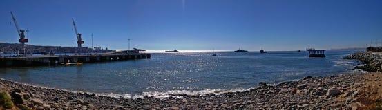 Panoramablick des chilenischen Strandes und des Hafens Lizenzfreie Stockfotos