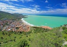Panoramablick des Dorfs Cefalu und des Ozeans Stockbild