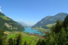Panoramablick des Dorfs Lungern in der Schweiz lizenzfreie stockbilder