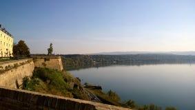 Panoramablick des Flusses Donau von der Petrovaradin-Festung nahe Novi Sad in Serbien Stockbilder