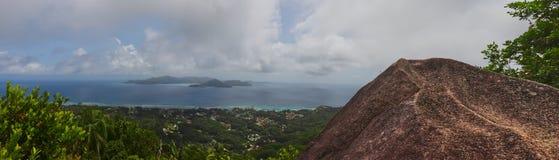 Panoramablick des Granitfelsens und des Ozeans mit der Insel von praslin stockfoto