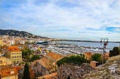 Panoramablick des Hafens Le Vieux von Cannes, Frankreich Stockbilder