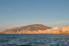 Panoramablick des Hafens in Trapani mit farbigen alten Häusern, Sizilien Stockbild
