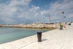 Panoramablick des Hafens von Nikiti an Sithonia-Halbinsel, Chalkidiki, Cent Stockbilder