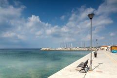 Panoramablick des Hafens von Nikiti an Sithonia-Halbinsel, Chalkidiki, Cent Stockfotos