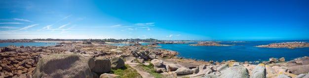 Panoramablick des Hafens von Tregastel Stockfotos