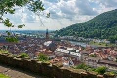 Panoramablick des Heidelberg-mittelalterlichen Stadt und Neckars von einem Schlosshügel Lizenzfreie Stockbilder
