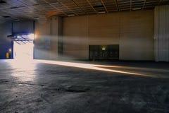 Panoramablick des leeren Industrieanlagestandortstrahls des Sonnenlichts trägt das angehobene Tor ein stockfotos