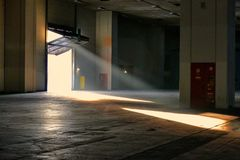 Panoramablick des leeren Industrieanlagestandortstrahls des Sonnenlichts trägt das angehobene Tor ein stockbild