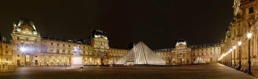 Panoramablick des Louvre Art Museum nachts Stockfoto