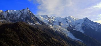 Panoramablick des Mont Blanc-Gebirgsmassivs Aiguille du Midi -, Mont Blanc- und Mont Blanc-Gletscher, Chamonix-Mont-Blanc, Frankr lizenzfreie stockbilder