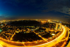 Panoramablick des nationalen Weges 1A in Ho Chi Minh-Stadt in der Dämmerung durch fisheye Linse, Vietnam Stockfotos