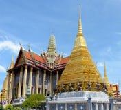 Panoramablick des Prasat Phra Thep Bidon und des goldenen Ched Stockfotos