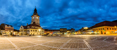 Panoramablick des Rats-Quadrats in Brasov. Nachtansicht Stockfotografie