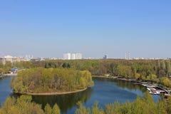 Panoramablick des runden Teichs und der runden Insel in der Mitte des Teichs in Izmailovsky-Park in Moskau Russland an einem Früh lizenzfreie stockfotos
