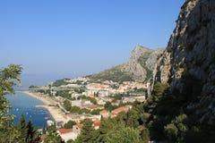 Panoramablick des sandigen Strandes von Omis Kroatien vom hohen Berg lizenzfreie stockfotografie