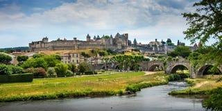 Panoramablick des Schlosses und des mittelalterlichen Dorfs von Carcassonne Lizenzfreie Stockbilder