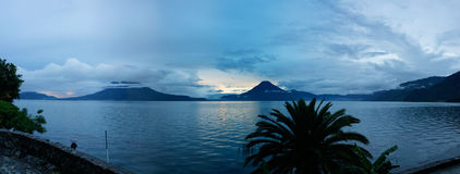 Panoramablick des Sonnenuntergangs auf See Atitlan in Guatemala lizenzfreie stockbilder