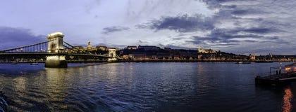 Panoramablick des Sonnenuntergangs vom Buda-Ufer mit Buda Castle, der Hängebrücke und der Bastion der Fischer, Budapest, Ungarn lizenzfreie stockfotos