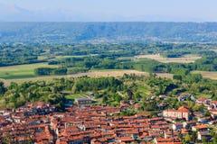 Panoramablick des Stadtbezirkes von caravino Italien und des morainic Gewächshauses Lizenzfreies Stockfoto