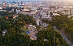 Panoramablick des Stadtzentrums von Kiew Vogelperspektive des Bogens der Freundschaft von Völkern, Khreshchaty-Park, die Hauptlei Stockbild