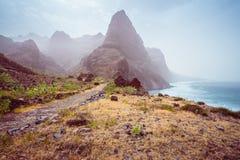 Panoramablick des steinigen Wanderwegs zu Ponta tun Solenoid über erstaunlichem trockenem Aranhas-Tal mit enormer Bergspitze und  Lizenzfreie Stockbilder