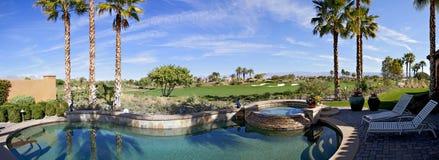 Panoramablick des Swimmingpools, der heißen Wanne und des Golfplatzes Lizenzfreies Stockbild