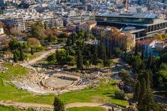Panoramablick des Theaters von Dionysus mit dem Akropolismuseum im Hintergrund Stockbilder