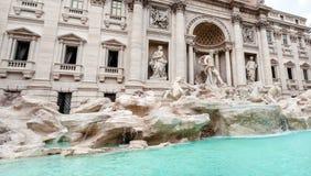 Panoramablick des Trevi-Brunnens Fontana di Trevi, Rom Stockbilder
