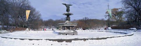 Panoramablick des Wasserbrunnens umfasst mit frischem Winterschnee im Central Park, Manhattan, New York City Stockfoto