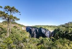 Panoramablick des Wasserfalls in Itaimbezinho-Schlucht bei Aparados DA Serra National Park - Cambara tun Sul, Rio Grande do Sul,  Stockfotos