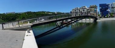 Panoramablick einer Brücke im Zusammenströmen Stockfotos