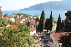 Panoramablick einer kleinen europäischen Stadt in Montenegro Stockfotografie