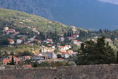 Panoramablick einer kleinen europäischen Stadt in Montenegro Lizenzfreie Stockbilder