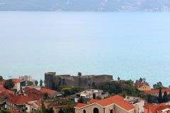 Panoramablick einer kleinen europäischen Stadt in Montenegro Lizenzfreies Stockbild