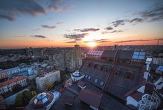 Panoramablick einer modernen Stadt Kiew Dachspitzensonnenuntergang in Kiew, Ukraine Stockfotografie
