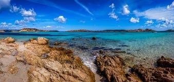 Panoramablick eines felsigen Strandes mit klarem buntem Wasser stockbilder