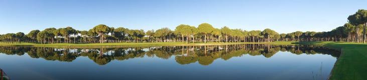 Panoramablick eines Golfplatzes Stockfotos