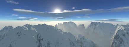 Panoramablick eines Höhenhöhengebirgszugs mit nebelhafter Sonne strahlt aus Stockbild