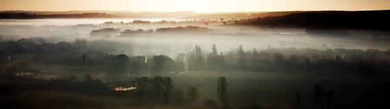 Panoramablick eines nebelhaften Morgens Stockbilder