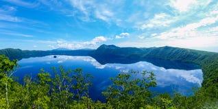 Panoramablick eines reflektierenden Himmels des Sees lizenzfreie stockfotos