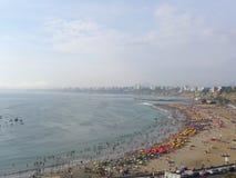 Panoramablick eines Strandes in Chorrillos, Lima stockfotografie