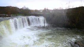 Panoramablick eines szenischen Wasserfalls an einem regnerischen Tag in Pedrosa de Tobalina, Burgos, Spanien stock footage
