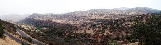 Panoramablick eines Tales der Straße in einem Tal in Chile Stockfoto