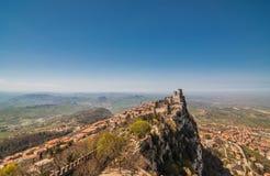 Panoramablick-Festung von Guaita (Rocca-della Guaita), Schloss I Lizenzfreie Stockfotografie