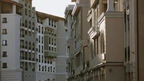 Panoramablick am modernen Gebäude auf Straße Abend in der Stadt Architektur stock footage