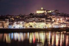 Panoramablick nachts Coimbra portugal lizenzfreie stockbilder